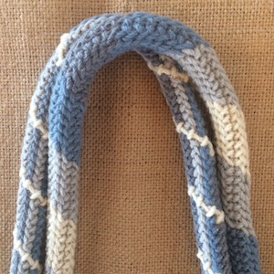 Arraiolos strap in white grey blue twist